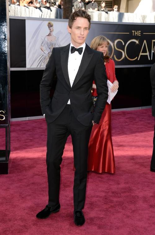 """Eddie Redmayne e seus """"velvet slippers"""" na cerimônia do Oscar 2013"""