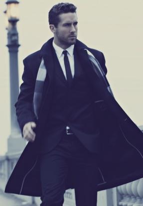 Acessórios como a manta e o sobretudo dão estilo ao look da imagem