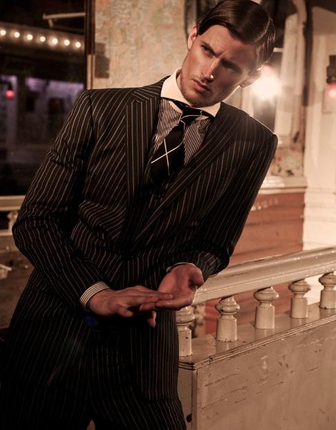 Neste look as padronagens da gravata e da camisa são ousadas e funcionam bem
