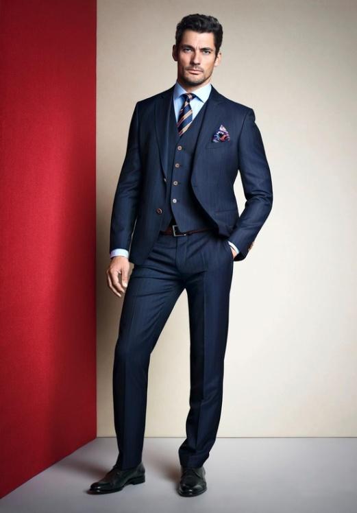 Na imagem, o lenço e a gravata combinam para dar estilo ao look