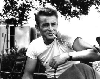 O ícone deste blog e papa dos homens estilosos foi um dos primeiros a usar a célebre combinação camiseta e jeans