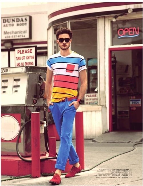 Um exemplo do uso de listras com a calça colorida
