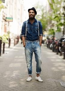 Além do look total jeans, observe a barra da calça dobrada