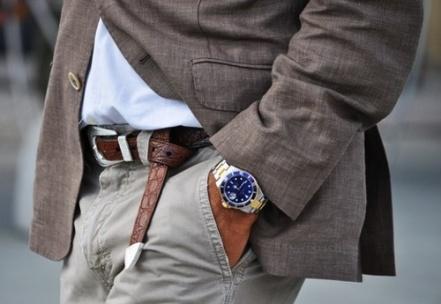 Dar um nó no cinto, como na imagem, vem se tornando mais comum em grandes desfiles e entre os mais fashionistas na Europa